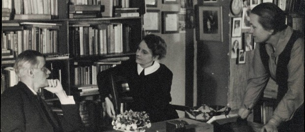 Joyce y Sylvia Beach en Shakespeare & Co (París,1920)
